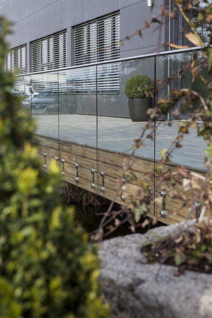 Saurer Glas - Gläsernes Terrassengeländer Firma Weinzetl, Wiener Neustadt